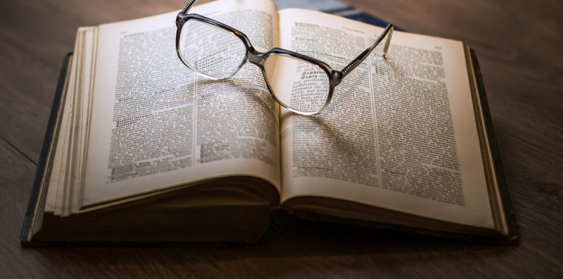 Podręczniki szkolne. Stara książka ze świeżą wiedzą - Zdjęcie główne