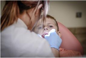 Kiedy warto zapisać dziecko do stomatologa dziecięcego na Żoliborzu? - Zdjęcie główne