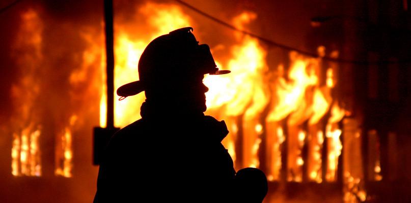Groźny pożar przy ul. Glinianej: spłonął garaż z autem - Zdjęcie główne