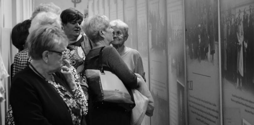 """[ZDJĘCIA] Gostynińscy seniorzy obejrzeli wystawę """"W drodze do niepodległości"""" - Zdjęcie główne"""