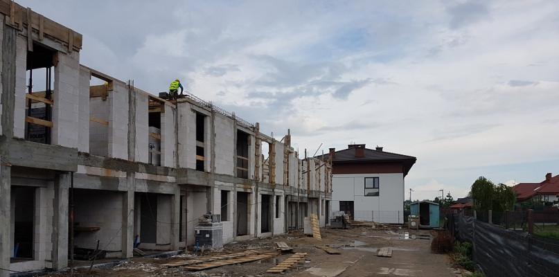 Trwa budowa nowych domów w Zielonkach pod Warszawą - Zdjęcie główne