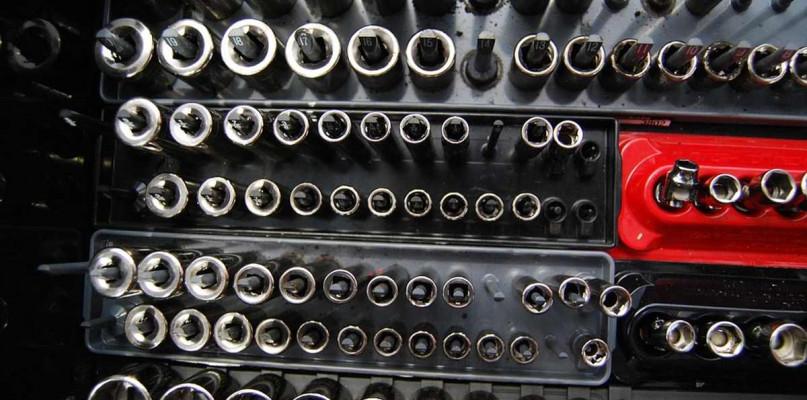 Narzędzia do naprawy samochodu - Zdjęcie główne