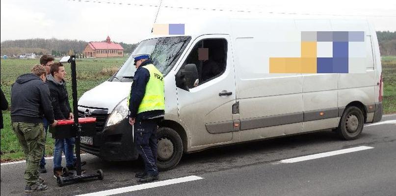 Policjanci wraz z uczniami GCE kontrolowali pojazdy - Zdjęcie główne