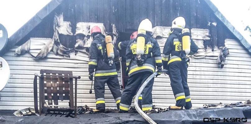 Spłonął budynek mieszkalny, jedna osoba poszkodowana [ZDJĘCIA] - Zdjęcie główne