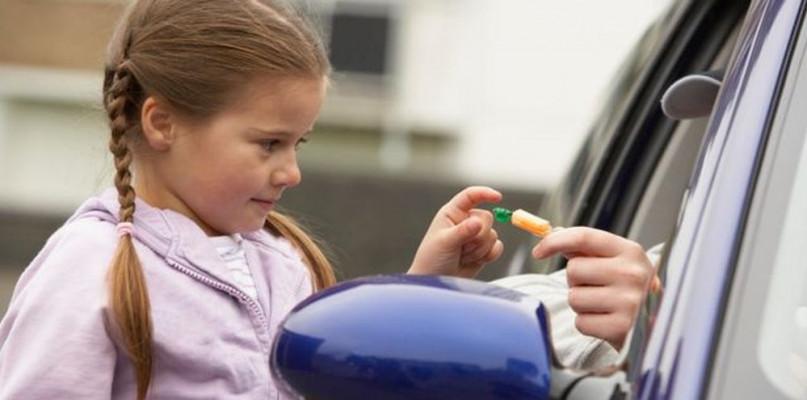 Chcieli zabrać dziewczynki do samochodu. W regionie grasują porywacze? - Zdjęcie główne