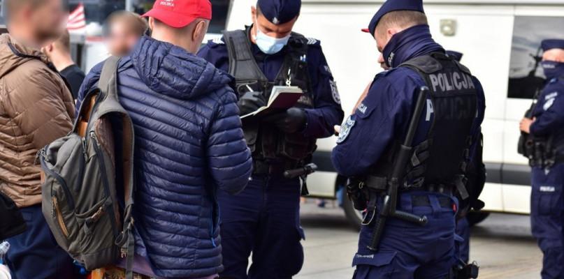 Policjanci sprawdzają przestrzeganie wprowadzonych obostrzeń - Zdjęcie główne
