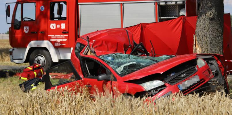 Samochód roztrzaskał się na drzewie. Nie żyje 38-latka - Zdjęcie główne