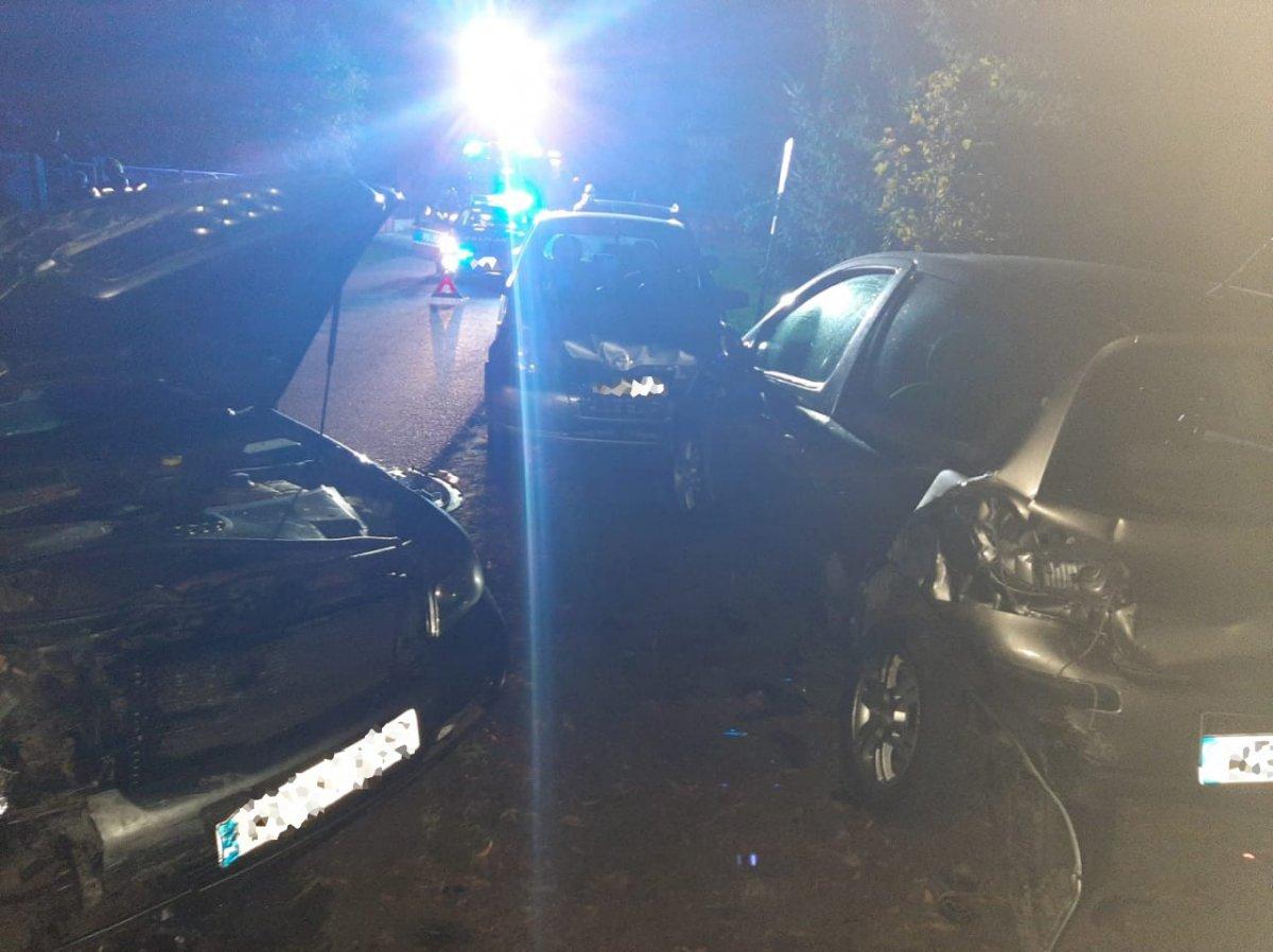Pijany wsiadł za kierownicę. Uszkodził kilka samochodów i ogrodzenie [ZDJĘCIA] - Zdjęcie główne
