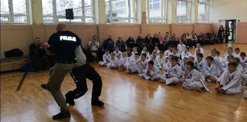 Policjanci ćwiczyli techniki interwencyjne z najmłodszymi - Zdjęcie główne