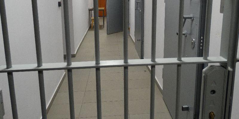 Areszt dla 17-latka podejrzanego o kradzież rozbójniczą - Zdjęcie główne