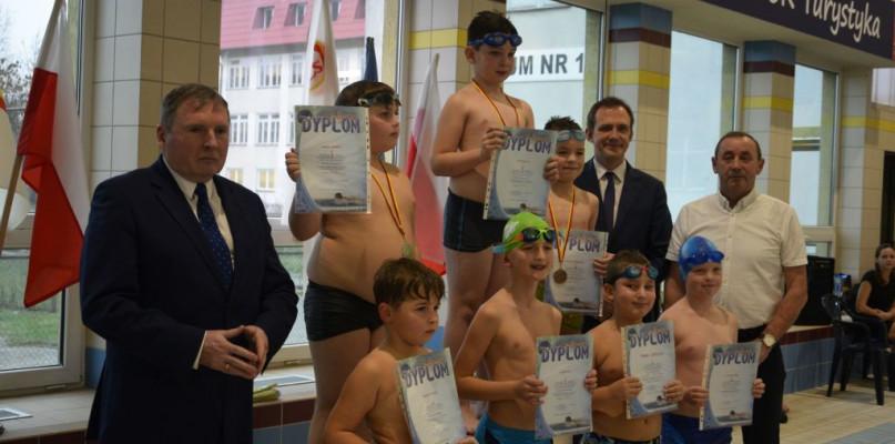 Młodzi pływacy walczyli o Puchar Burmistrza [FOTO] - Zdjęcie główne