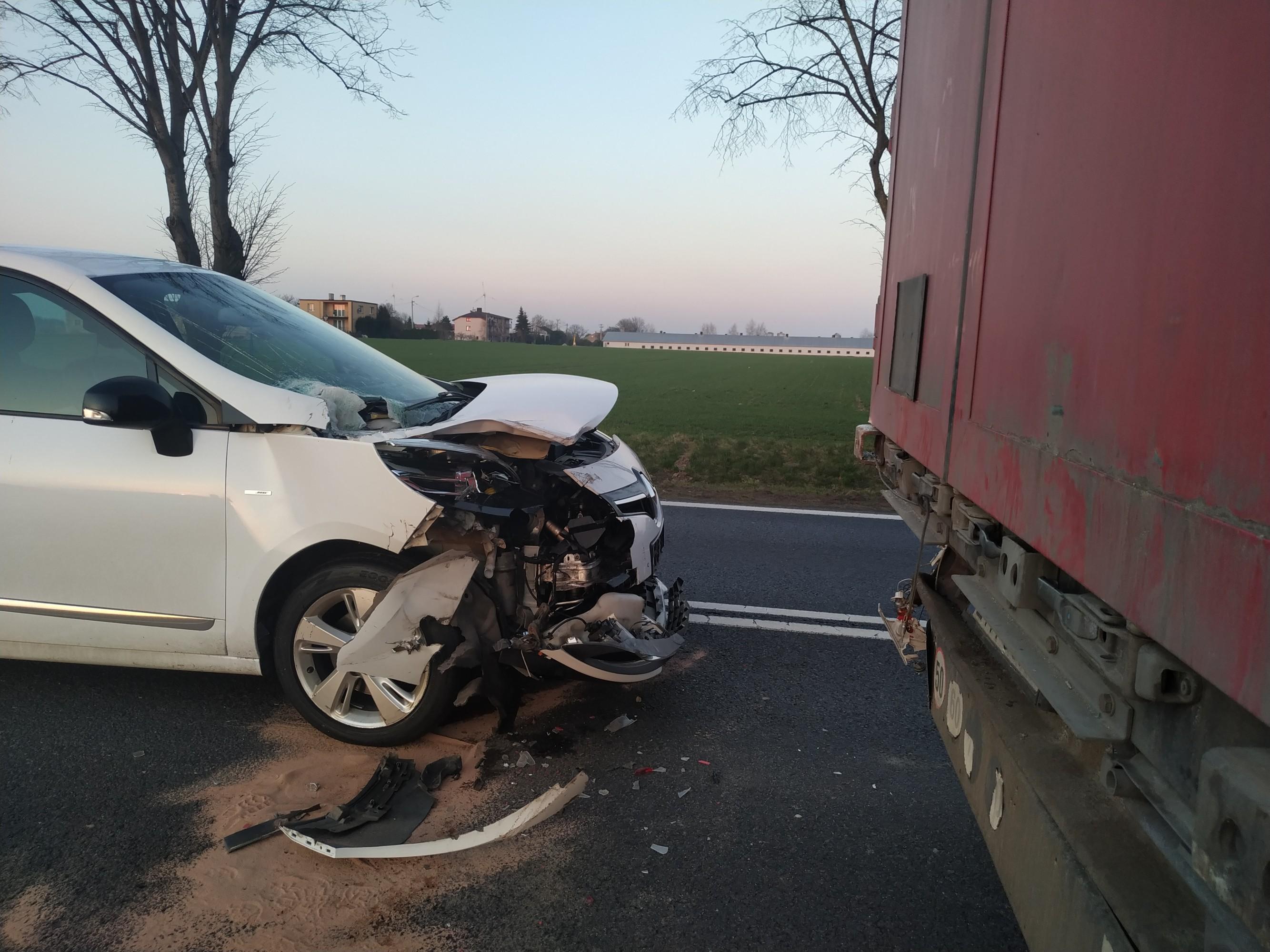 Wjechała w tył ciężarówki - Zdjęcie główne