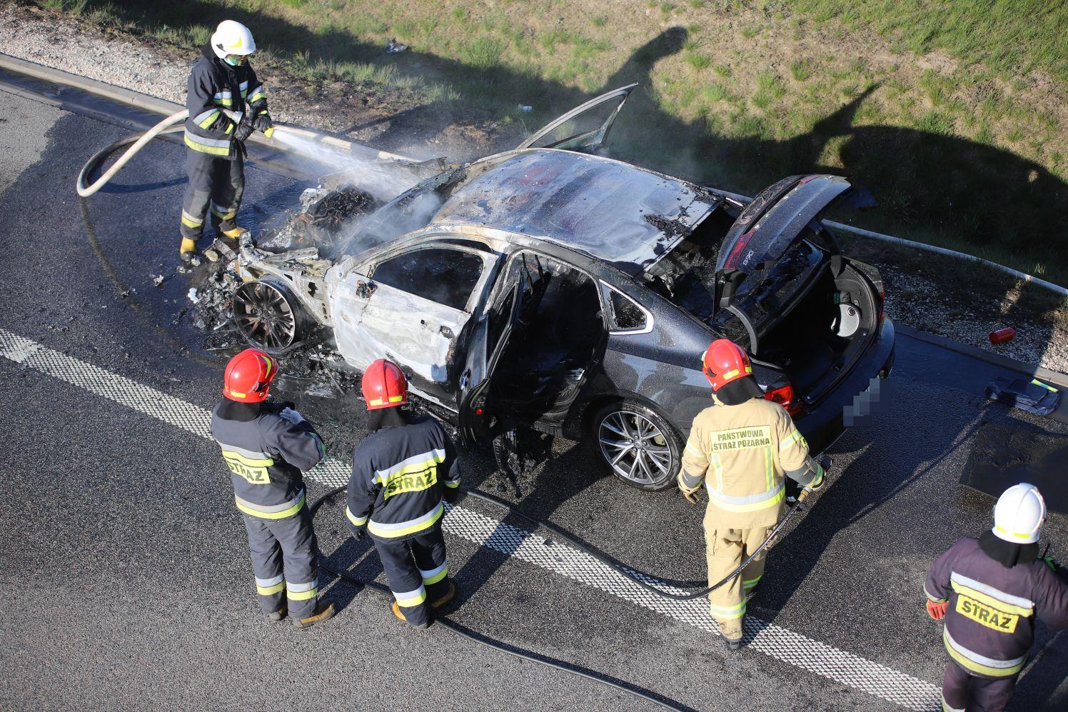 [ZDJĘCIA] Samochód w ogniu na autostradzie pod Kutnem. Słup dymu widoczny z wielu kilometrów - Zdjęcie główne