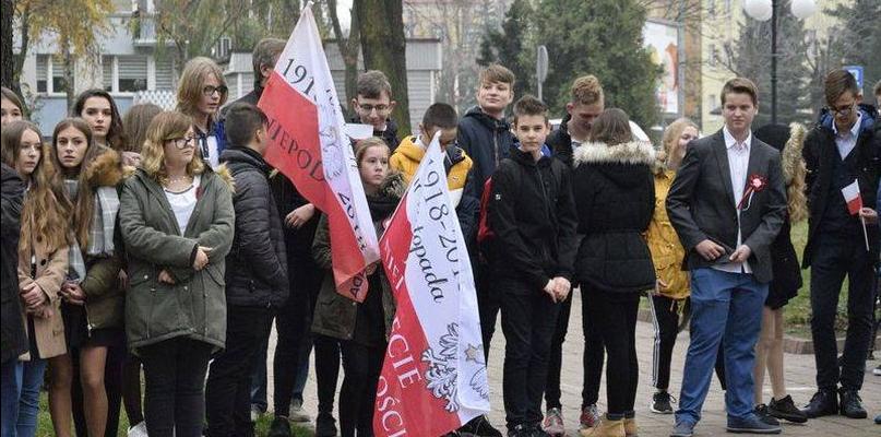 """Uczniowie """"Piątki"""" uczcili pamięć Marszałka - Zdjęcie główne"""