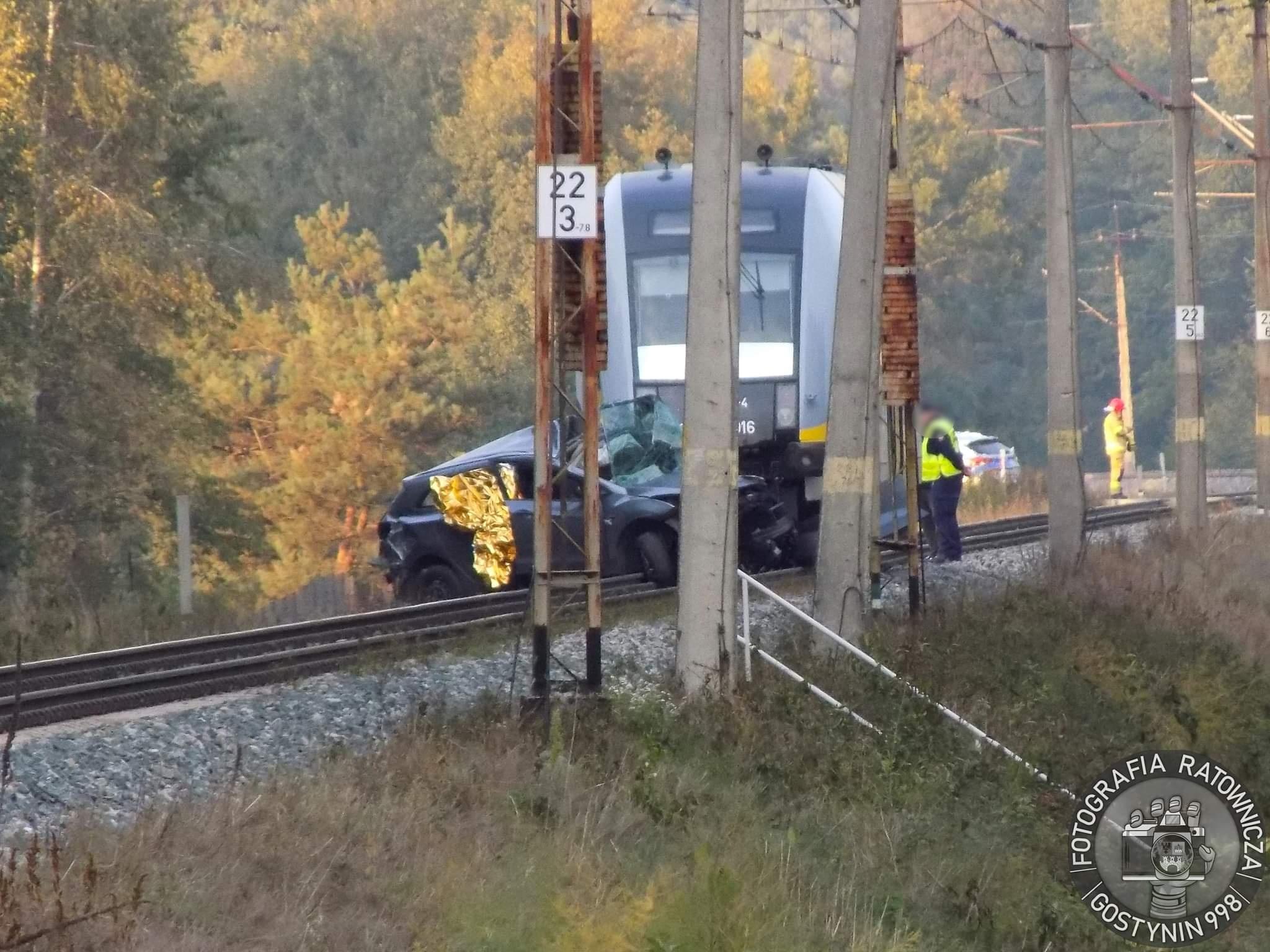 Tragiczny wypadek na przejeździe kolejowym. 61-latek wjechał  pod pociąg [ZDJĘCIA] - Zdjęcie główne