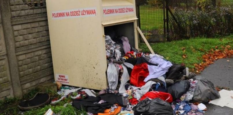 Śmieci w kontenerach PCK. To przez podwyżki cen za wywóz odpadów? - Zdjęcie główne