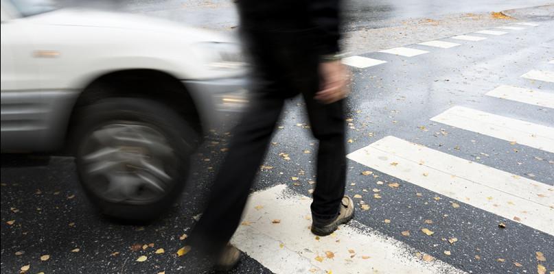 Trójka seniorów potrącona na przejściu dla pieszych. Sprawcą młoda kobieta - Zdjęcie główne