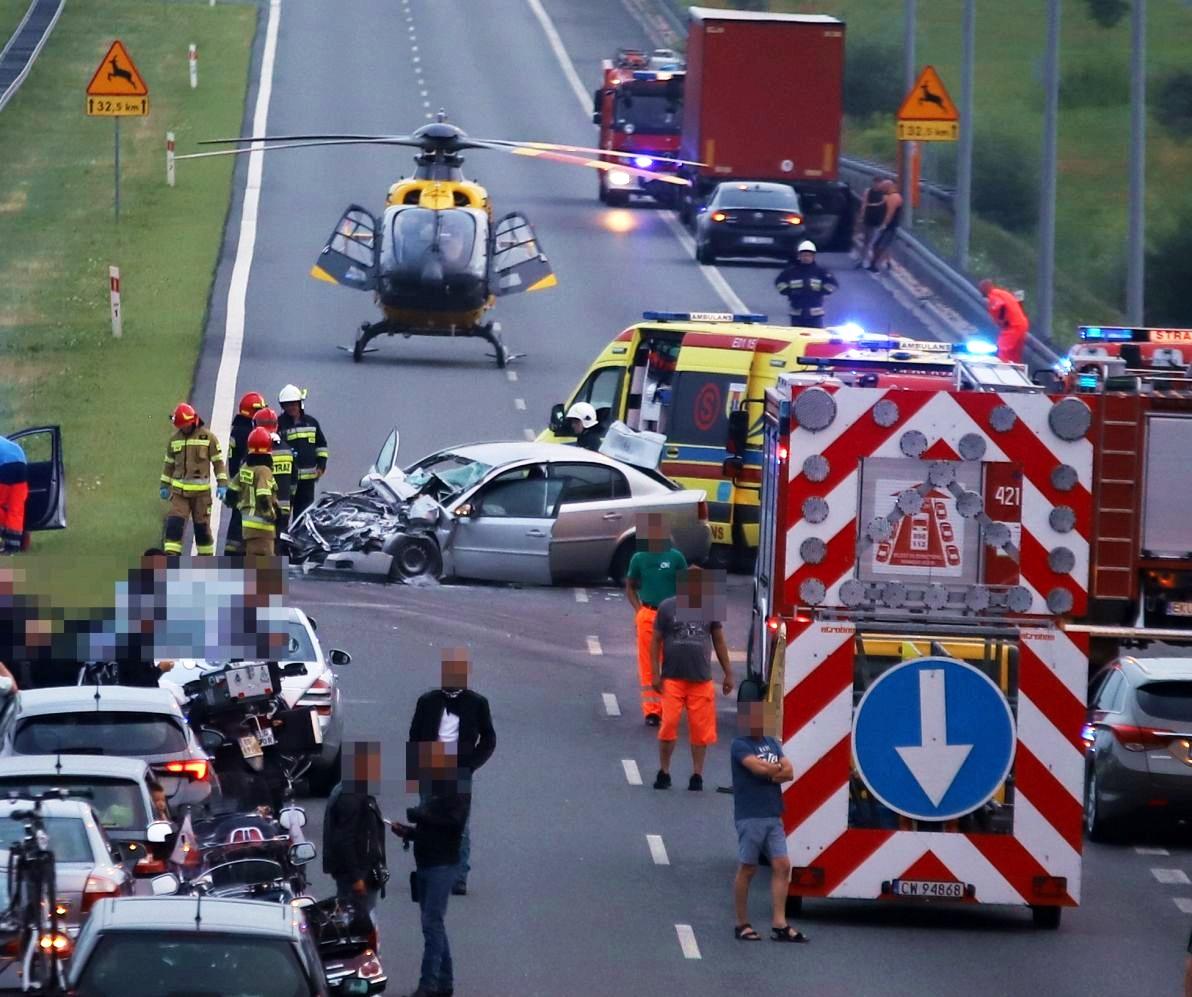 Policja komentuje wypadek na autostradzie pod Kutnem. Dwie osoby w ciężkim stanie, dziecko w szpitalu w Łodzi [ZDJĘCIA] - Zdjęcie główne