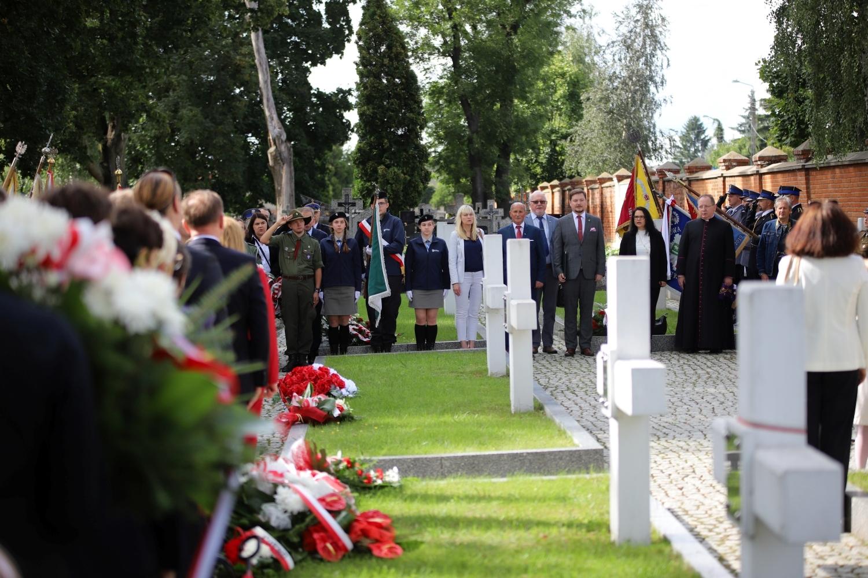 """""""Nigdy więcej wojny"""". Mieszkańcy złożyli kwiaty pod pomnikiem poległych [ZDJĘCIA] - Zdjęcie główne"""