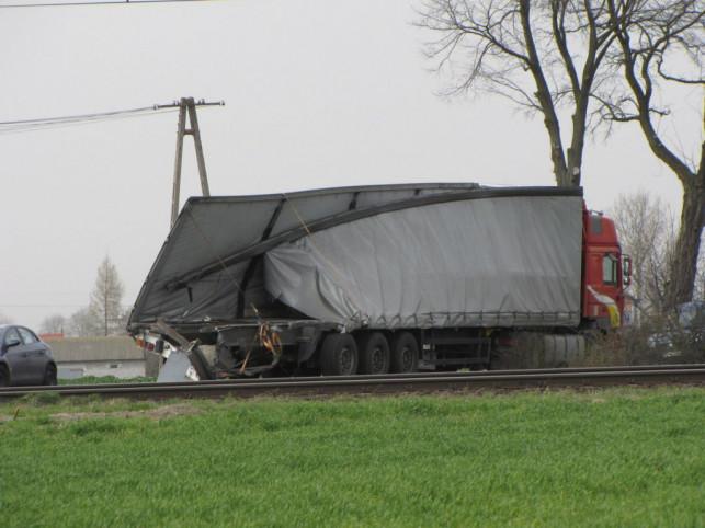 Zderzenie pociągu z samochodem ciężarowym  - Zdjęcie główne