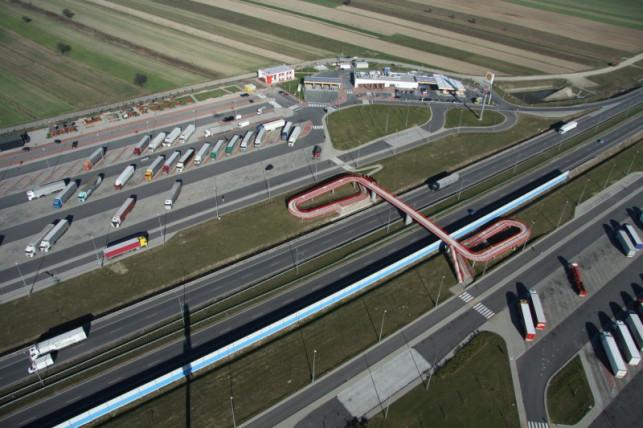 Pierwsza taka inwestycja przy autostradzie obok Kutna. Za rok będzie gotowa - Zdjęcie główne