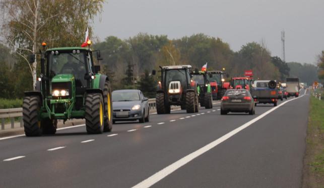 [ZDJĘCIA] Rolnicy blokują drogi, gigantyczne utrudnienia w powiecie kutnowskim - Zdjęcie główne