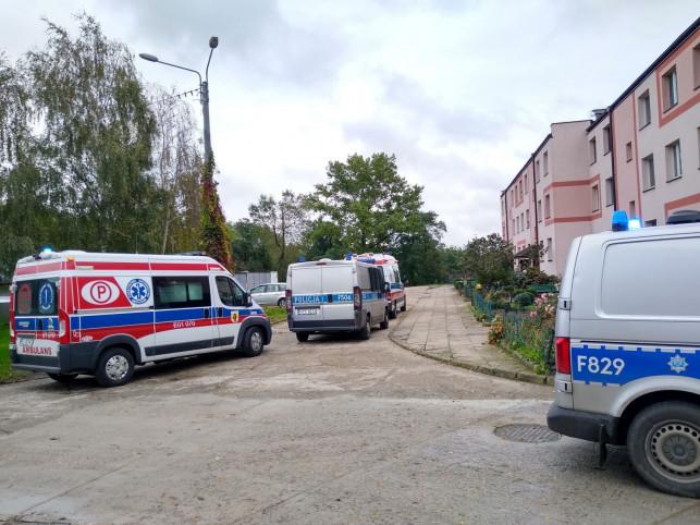 [FOTO] Dramat w bloku: znaleziono dwóch nieprzytomnych mężczyzn, jeden leżał w kałuży krwi - Zdjęcie główne
