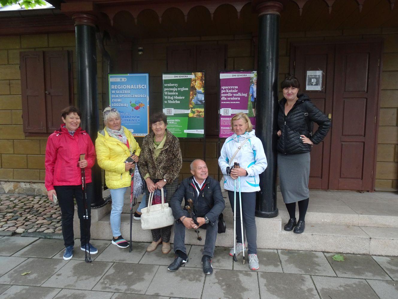 Seniorzy spacerowali po Kutnie. Pogoda nieco pokrzyżowała plany [ZDJĘCIA] - Zdjęcie główne