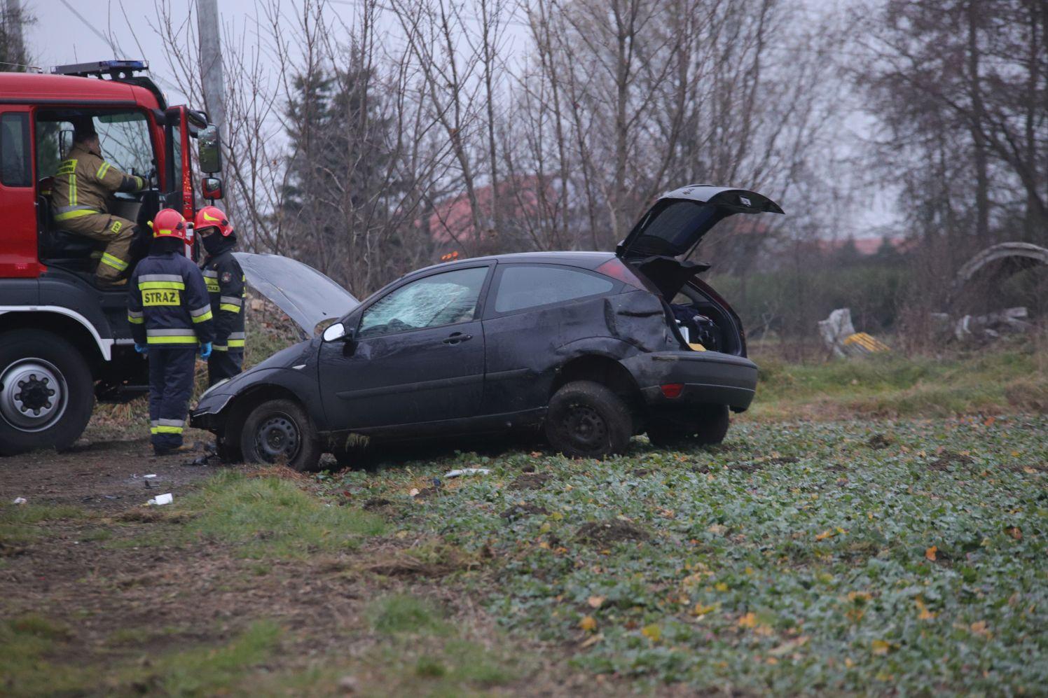 [ZDJĘCIA] Pod Kutnem dachował samochód. Są poszkodowani - Zdjęcie główne