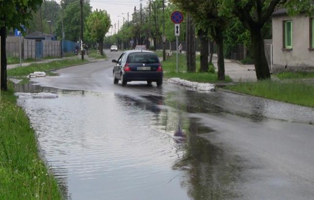 Ulica zalana deszczówką i... fekaliami. ''Po ulewie śmierdzi tu jak w szalecie!''  - Zdjęcie główne