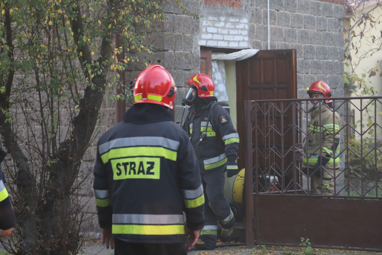 Pożar w budynku mieszkalnym. Na miejscu kilka jednostek straży z powiatu kutnowskiego - Zdjęcie główne