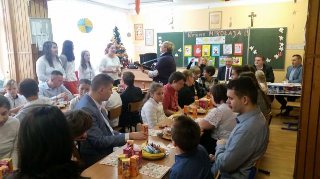 Święty Mikołaj odwiedził dzieci z SOSW nr 1 - Zdjęcie główne