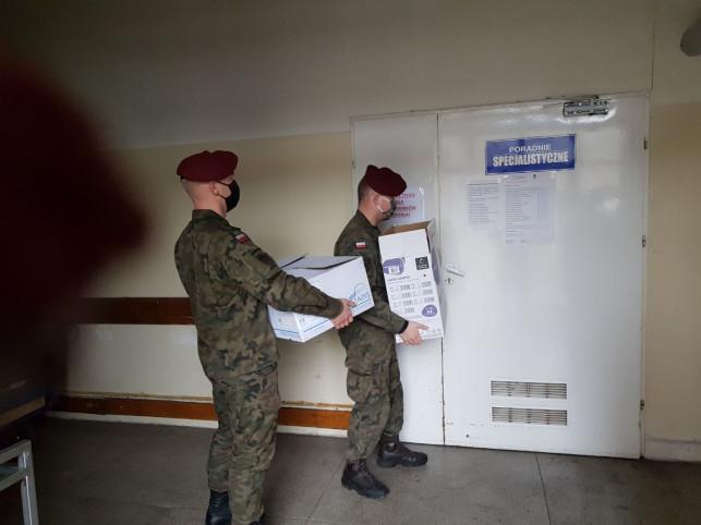 [ZDJĘCIA] Terytorialsi dostarczają łóżka do szpitala tymczasowego - Zdjęcie główne