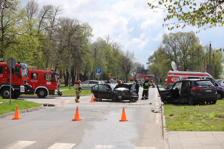 [ZDJĘCIA] Wypadek przy dworcu: osoby zakleszczone w aucie, droga całkowicie zablokowana  - Zdjęcie główne