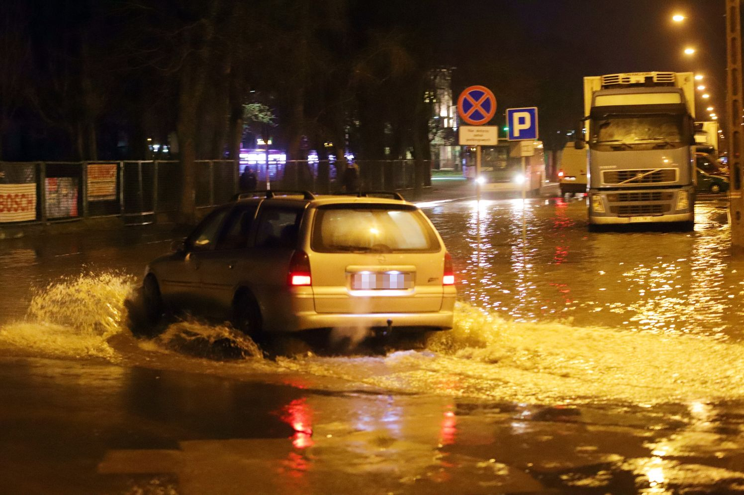 [ZDJĘCIA] Woda zalewa drogę. Gigantyczna awaria niedaleko dworca - Zdjęcie główne