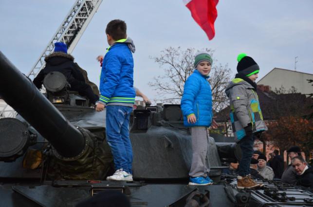Militarna gratka na placu Piłsusdkiego. AMZ zaprezentował pojazdy wojskowe - Zdjęcie główne