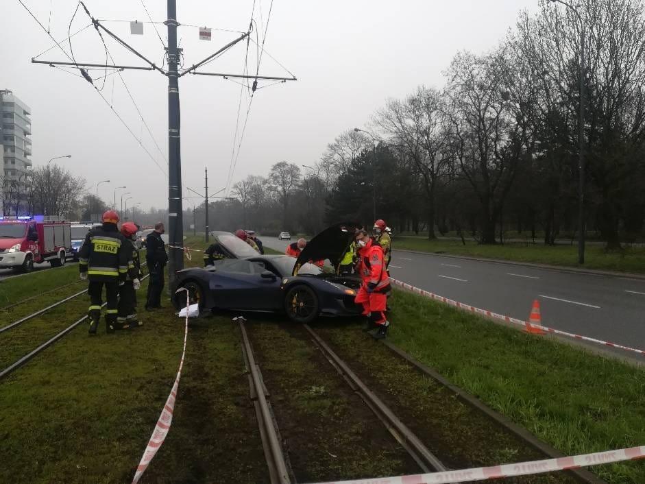 [FOTO] Łódź: rozpędzone ferrari rozbiło się na torach tramwajowych. Kierowca był pijany  - Zdjęcie główne