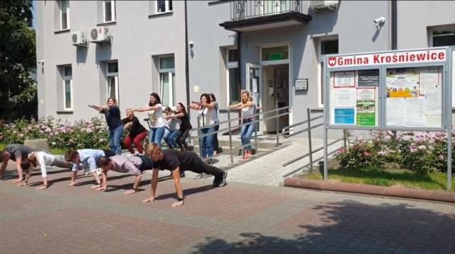 [WIDEO] Urzędnicy i burmistrz Krośniewic robią pompki i przysiady. Pomagają małej Hani - Zdjęcie główne