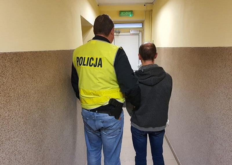 Łowcy pedofilów przekazali mężczyznę spod Kutna w ręce policji. 36-latek z zarzutami - Zdjęcie główne