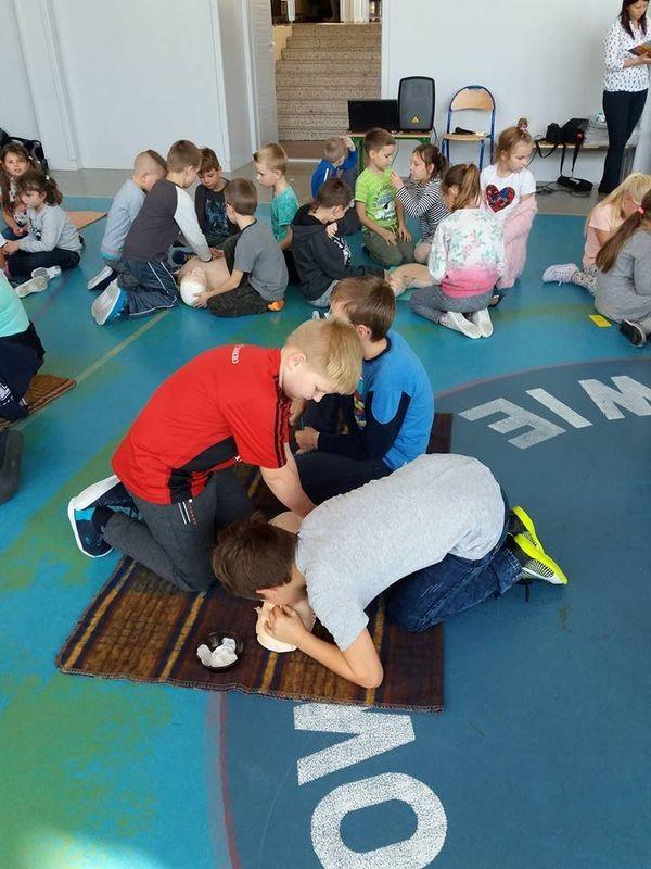 Nauka pierwszej pomocy w szkole w Byszewie - Zdjęcie główne