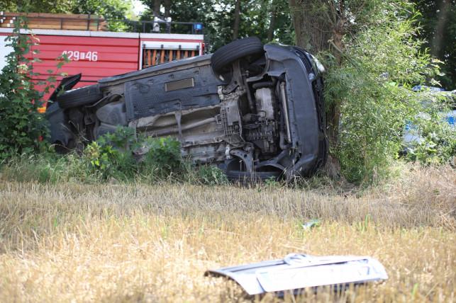 [ZDJĘCIA] Wstrząsający wypadek pod Kutnem. Auto ''zawinęło się'' na drzewie, są ciężko ranni - Zdjęcie główne