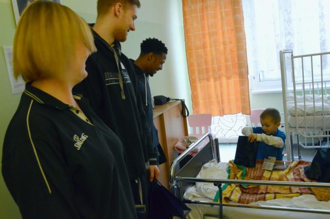Dzieci obdarowane przez koszykarzy. Polfarmex z mikołajkową wizytą w szpitalu [TV KUTNO] - Zdjęcie główne