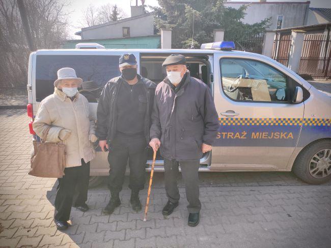 [FOTO] Kutnowska straż miejska pomaga potrzebującym. Chodzi o transporty na szczepienia przeciwko COVID-19 - Zdjęcie główne