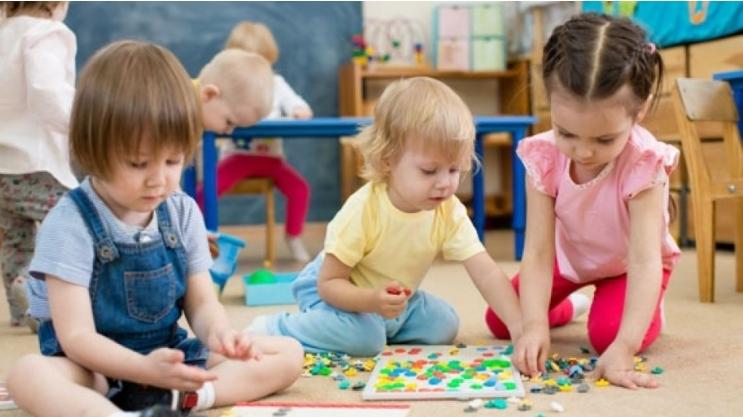 Od dziś zerówki, przedszkola i żłobki znów otwarte. Co z zasiłkami dla rodziców? - Zdjęcie główne