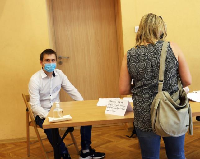 [ZDJĘCIA] Kolejki i zakryte twarze. Kutno idzie na wybory - Zdjęcie główne