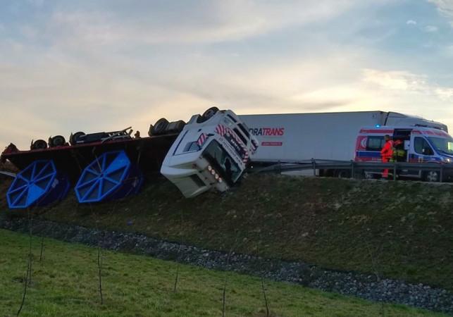 Karambol na autostradzie! Zderzyły się dwie ciężarówki i osobówka, jedno auto w płomieniach - Zdjęcie główne