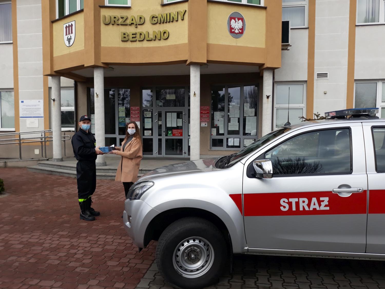 [ZDJĘCIA] Strażacy kolportują ulotki informacyjne na temat profilaktyki oraz szczepień przeciwko COViD-19 - Zdjęcie główne
