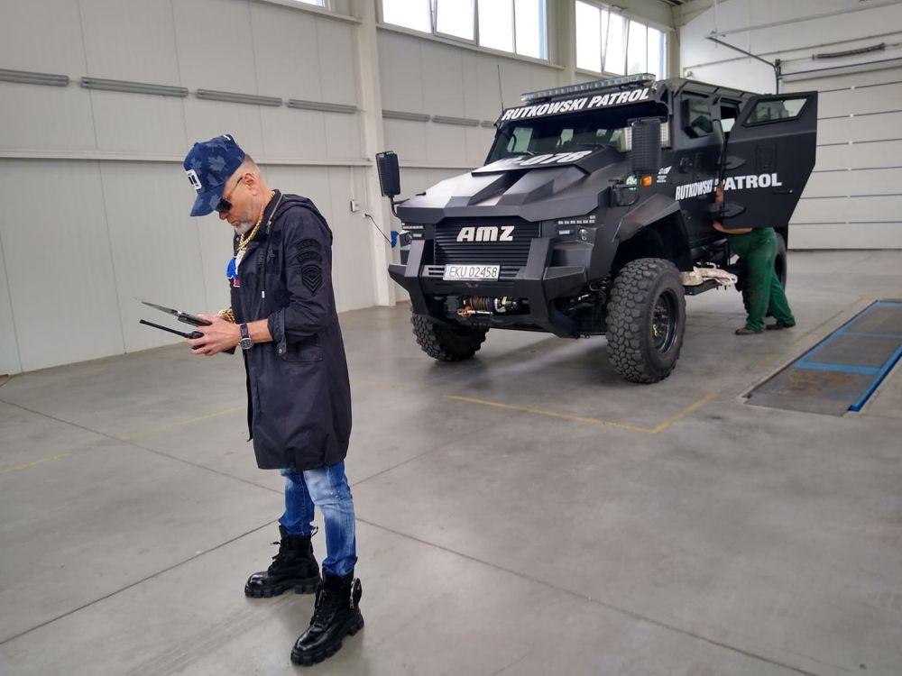 [ZDJĘCIA] Krzysztof Rutkowski przyjechał do Kutna. Zakupił wóz opancerzony z kutnowskiej firmy! - Zdjęcie główne