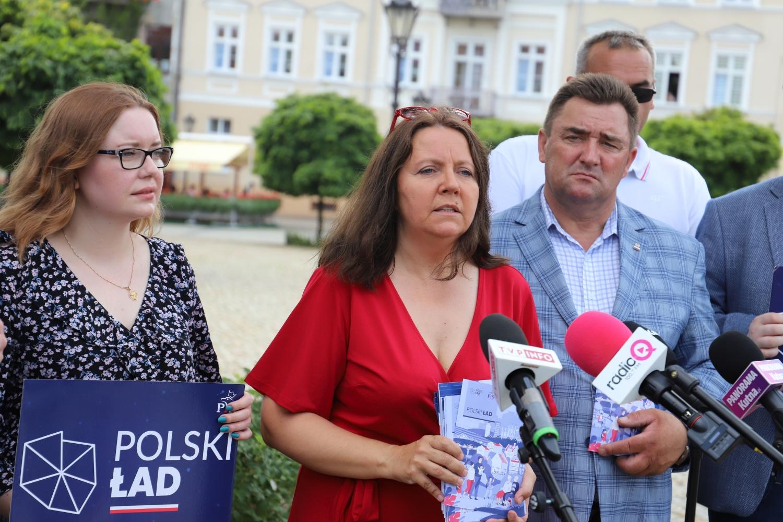 Polski Ład na placu Piłsudskiego. Poseł Lichocka obiecuje kraj mlekiem i miodem płynący [ZDJĘCIA] - Zdjęcie główne