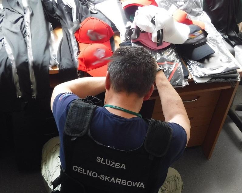 Bułgar wpadł na targowisku. Handlował podrobioną odzieżą - Zdjęcie główne